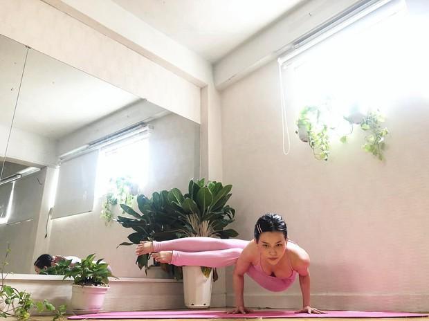Chuyên trị những tư thế yoga khó nhằn, bảo sao vóc dáng Sĩ Thanh lại nét căng đến vậy - Ảnh 10.
