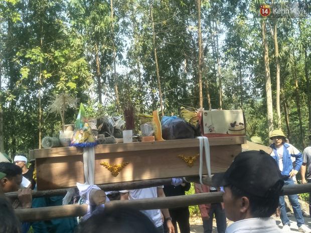 Lặng người trước hình ảnh chiếc bánh ngọt nằm trên linh cữu bé trai tử vong cùng mẹ và em gái: Thằng bé ra đi đúng vào ngày sinh nhật - Ảnh 2.