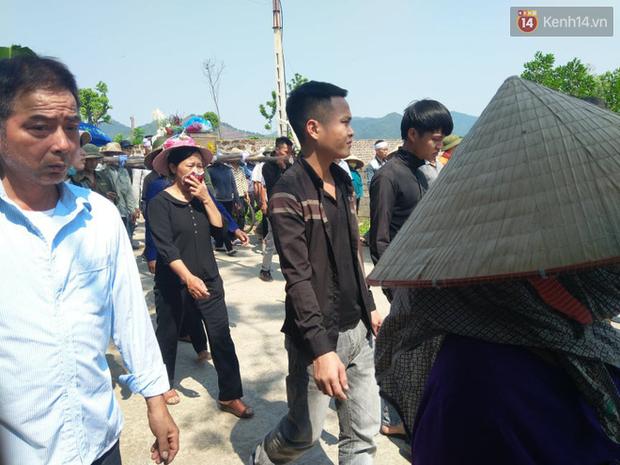 Xót lòng đám tang đẫm nước mắt của 3 mẹ con tử vong trong vụ tai nạn ở Hà Nội - Ảnh 9.