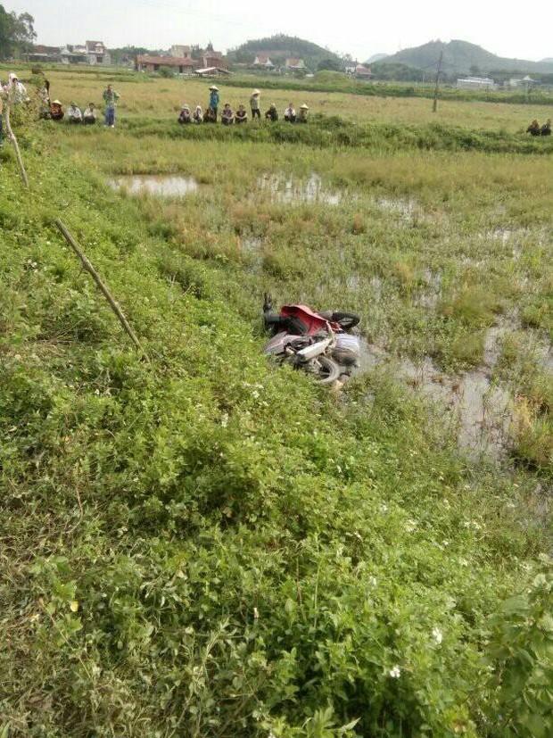 Phát hiện thi thể người đàn ông dưới xe máy ở ruộng lúa - Ảnh 1.