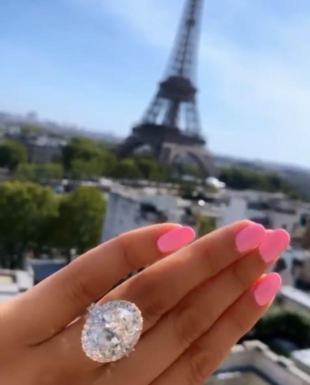 Blogger du lịch nổi tiếng khoe ảnh nhẫn cầu hôn kim cương to khổng lồ, tưởng được ủng hộ nhiệt tình ai ngờ lại bị ném đá không thương tiếc - Ảnh 3.
