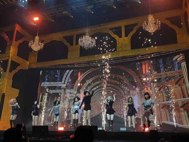 Quá lận đận cho TWICE: Không chỉ Mina vắng mặt mà Jihyo cũng gặp vấn đề sức khoẻ, chỉ có thể ngồi hát trong showcase trở lại - Ảnh 2.