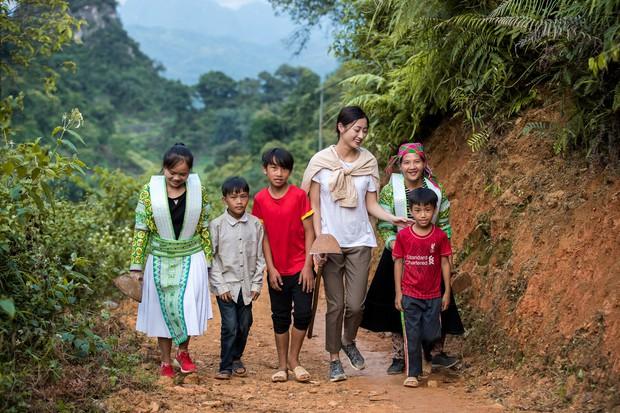 Lương Thùy Linh để mặt mộc vẫn xinh rạng rỡ, quyết lập kỳ tích tại Miss World 2019 với dự án mở đường ở Cao Bằng - Ảnh 6.