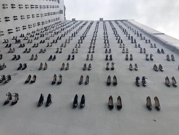 Sự thật đau lòng về số phận người phụ nữ đằng sau hình ảnh 440 đôi giày cao gót được gắn lên tường ở Thổ Nhĩ Kỳ - Ảnh 1.