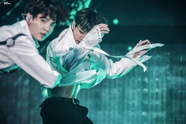 Xuất hiện nam idol Kpop eo con kiến nhỏ đến mức đọ được với BLACKPINK, tưởng lạ nhưng lại chính là em út BTS - Ảnh 5.