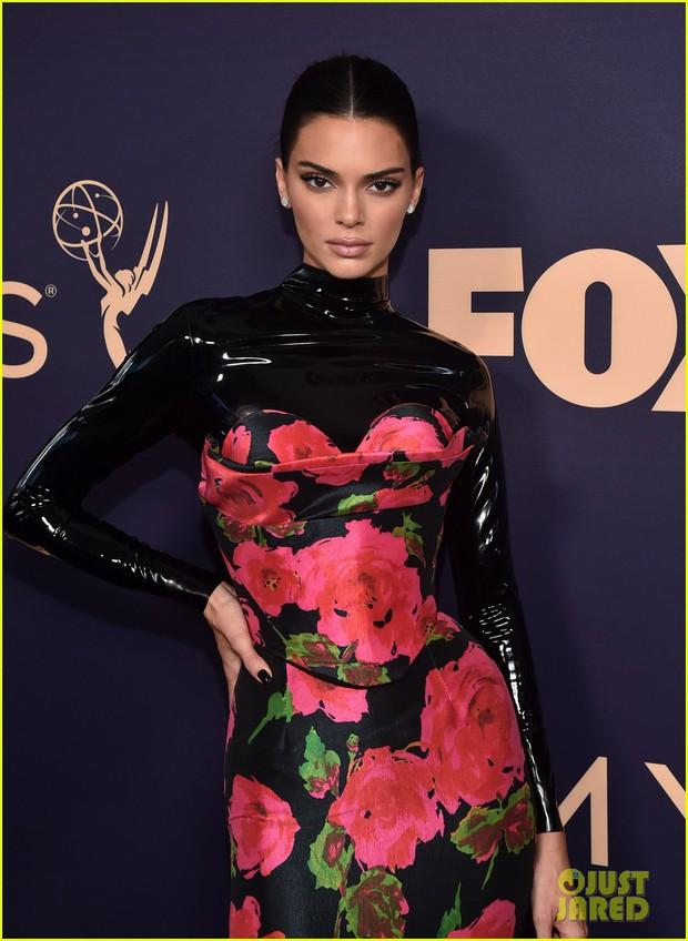 Siêu thảm tím Emmy 2019: Chị em Kim - Kendall xuất sắc đến mức lấn át mẹ Rồng, dàn sao khủng lộng lẫy ngút ngàn - Ảnh 5.