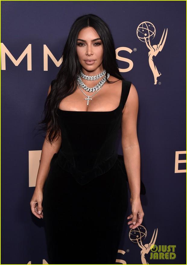 Siêu thảm tím Emmy 2019: Chị em Kim - Kendall xuất sắc đến mức lấn át mẹ Rồng, dàn sao khủng lộng lẫy ngút ngàn - Ảnh 3.