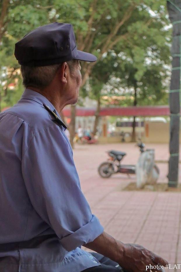 """Bức ảnh bóng lưng bác bảo vệ già kèm lời nhắn tới cựu học sinh """"thi thoảng về thăm ông nhé"""" khiến nhiều người xúc động - Ảnh 1."""