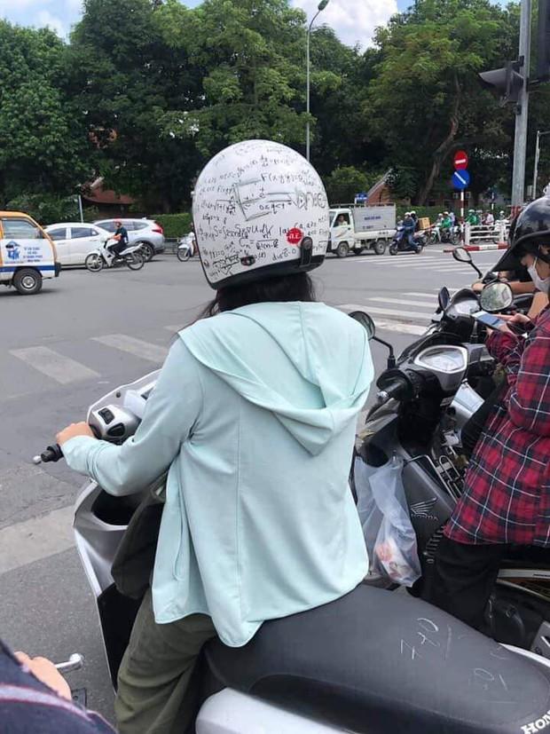 Quá mệt mỏi vì không nhớ nổi loạt công thức Toán học, nữ sinh quyết định viết luôn lên mũ bảo hiểm cho... thấm vào đầu - Ảnh 1.