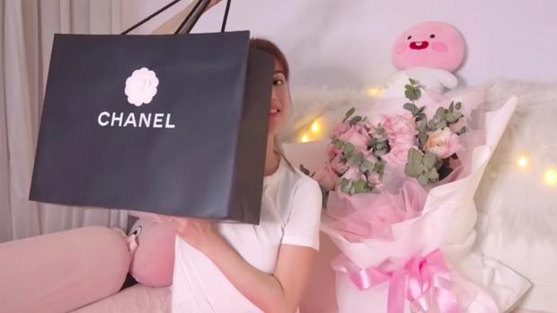 Rút kinh nghiệm từ vụ hàng fake để đời, Huỳnh Phương tặng hẳn túi Chanel hơn 100 triệu để Sĩ Thanh đập hộp - Ảnh 1.