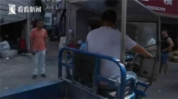 Đang đi chợ, người phụ nữ bất ngờ bị xe 3 gác tông trọng thương, sau khi cảnh sát đến nơi mới bất ngờ với kẻ gây tai nạn - Ảnh 1.