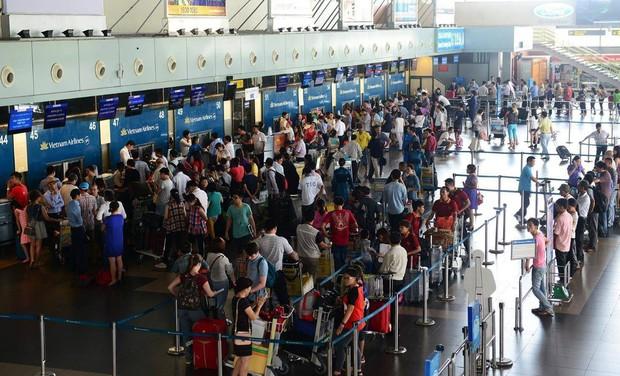 Mâu thuẫn gia đình, 2 vợ chồng lôi nhau ra sân bay xô xát - Ảnh 1.