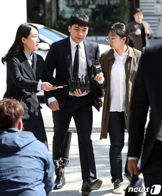 Trình diện sau 1 tháng vắng bóng, Seungri tiều tụy hẳn và còn gây chú ý vì cương quyết tránh né báo chí - Ảnh 3.