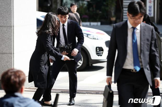Trình diện sau 1 tháng vắng bóng, Seungri tiều tụy hẳn và còn gây chú ý vì cương quyết tránh né báo chí - Ảnh 2.