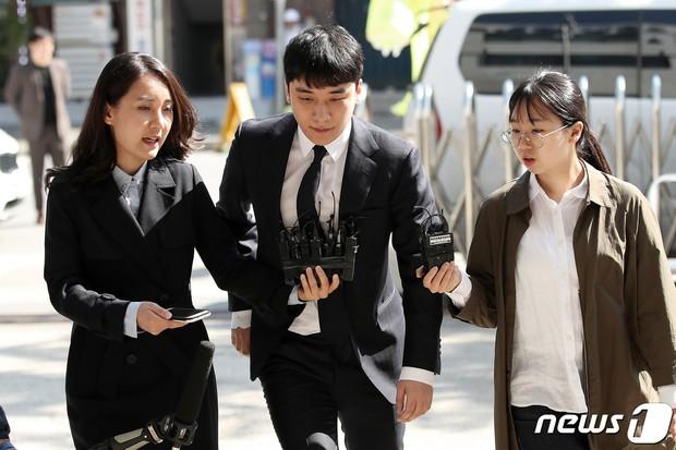 Trình diện sau 1 tháng vắng bóng, Seungri tiều tụy hẳn và còn gây chú ý vì cương quyết tránh né báo chí - Ảnh 4.