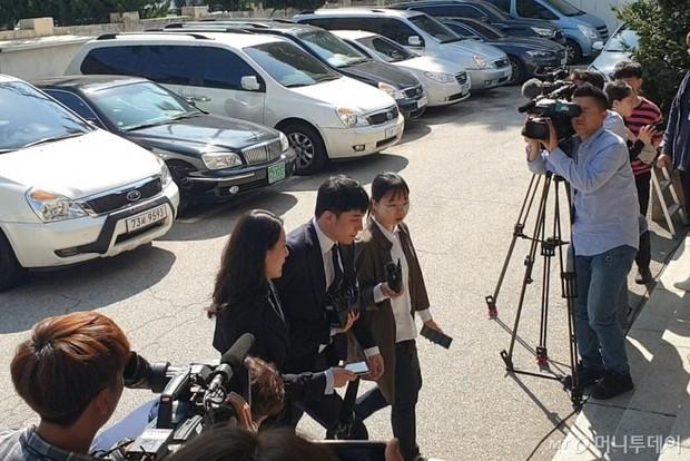 Trình diện sau 1 tháng vắng bóng, Seungri tiều tụy hẳn và còn gây chú ý vì cương quyết tránh né báo chí - Ảnh 1.