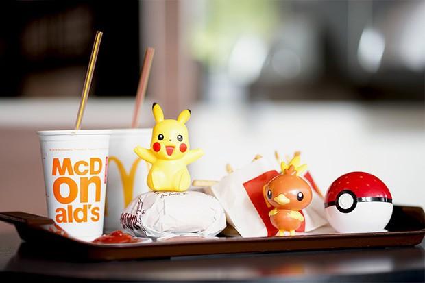Không muốn nhận đồ chơi nhựa khi đi ăn fast-food, hai cô bé người Anh khiến loạt ông lớn phải đứng lên vì môi trường - Ảnh 1.