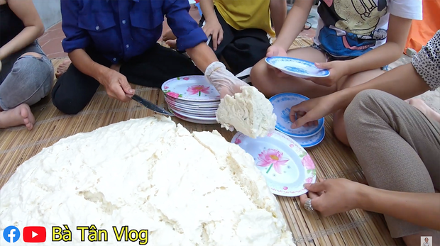 Bánh bao siêu to khổng lồ hiệu Bà Tân Vlog: vỏ dày cộp, vỏn vẹn ít nhân mà còn dính như chưa chín nhưng vẫn cứ là ngon bá cháy với đàn cháu - Ảnh 10.