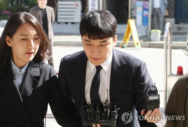 Trình diện sau 1 tháng vắng bóng, Seungri tiều tụy hẳn và còn gây chú ý vì cương quyết tránh né báo chí - Ảnh 6.