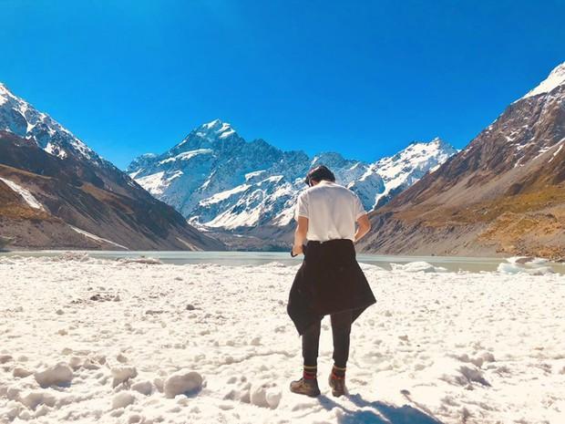 Vừa mới quay trở lại Twitter, V (BTS) đã khiến dân tình náo loạn với loạt ảnh du lịch New Zealand đẹp như poster phim điện ảnh vậy! - Ảnh 2.