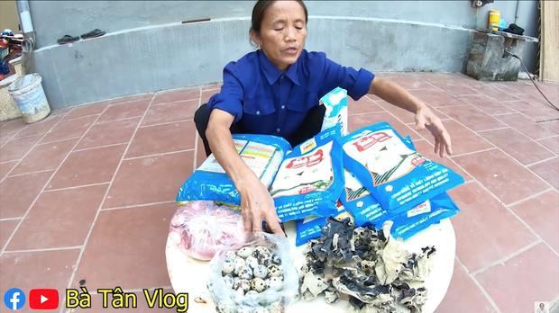 Bánh bao siêu to khổng lồ hiệu Bà Tân Vlog: vỏ dày cộp, vỏn vẹn ít nhân mà còn dính như chưa chín nhưng vẫn cứ là ngon bá cháy với đàn cháu - Ảnh 1.