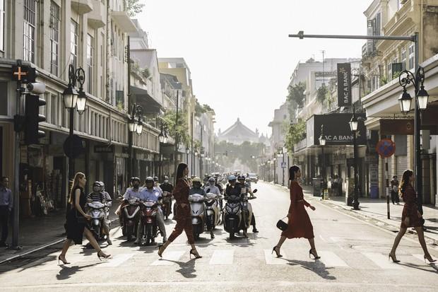 Bất ngờ khi những ngã tư đường Hà Nội được hô biến thành sàn catwalk - Ảnh 4.