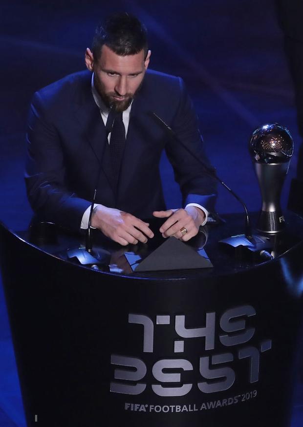 Cậu hai nhà Messi gây sốt với biểu cảm cực đáng yêu khi cha đang nhận giải thưởng cao quý, chiếm trọn spotlight của buổi lễ - Ảnh 1.