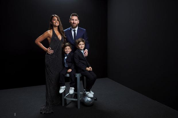 Cậu hai nhà Messi gây sốt với biểu cảm cực đáng yêu khi cha đang nhận giải thưởng cao quý, chiếm trọn spotlight của buổi lễ - Ảnh 3.