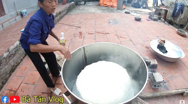 Bánh bao siêu to khổng lồ hiệu Bà Tân Vlog: vỏ dày cộp, vỏn vẹn ít nhân mà còn dính như chưa chín nhưng vẫn cứ là ngon bá cháy với đàn cháu - Ảnh 7.