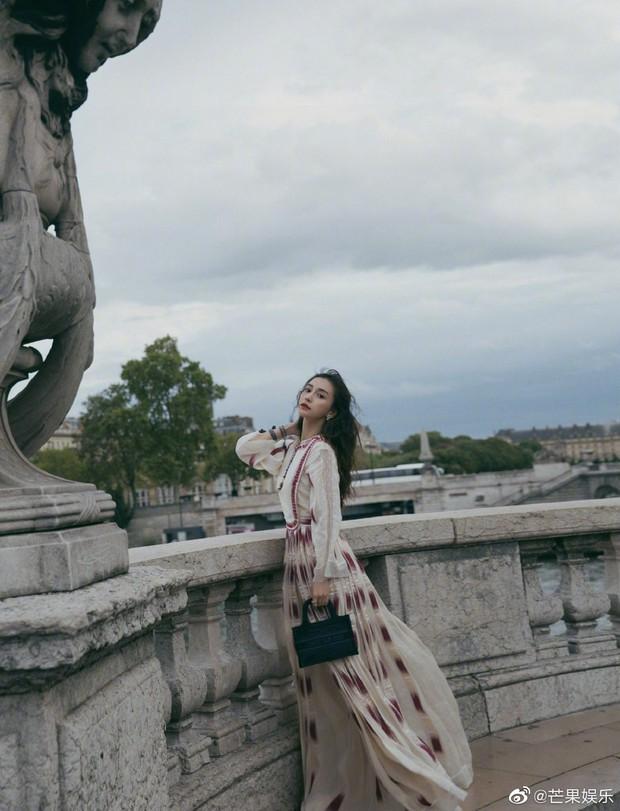 """Cùng dự show Dior: """"tình đầu quốc dân"""" Suzy chưa bao giờ khoe vòng 1 bạo liệt đến thế, gái một con Angela Baby lại kín như bưng - Ảnh 2."""