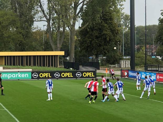 Ngay trong trận ra mắt Heerenveen, Văn Hậu đã khiến cầu thủ đối phương bẽ mặt với pha xâu kim cực kỳ tinh tế - Ảnh 2.
