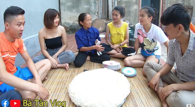 Bánh bao siêu to khổng lồ hiệu Bà Tân Vlog: vỏ dày cộp, vỏn vẹn ít nhân mà còn dính như chưa chín nhưng vẫn cứ là ngon bá cháy với đàn cháu - Ảnh 8.