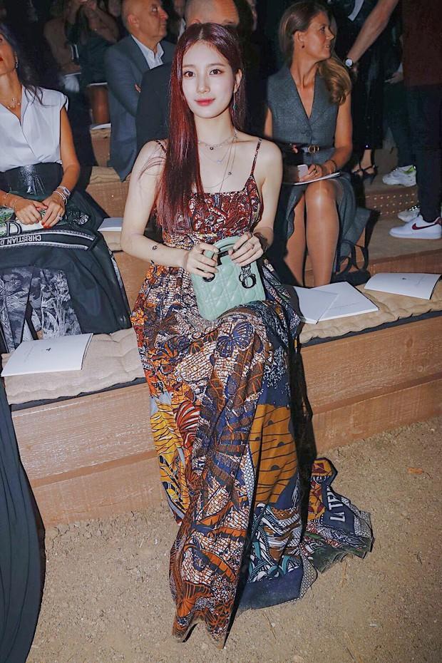 """Cùng dự show Dior: """"tình đầu quốc dân"""" Suzy chưa bao giờ khoe vòng 1 bạo liệt đến thế, gái một con Angela Baby lại kín như bưng - Ảnh 5."""