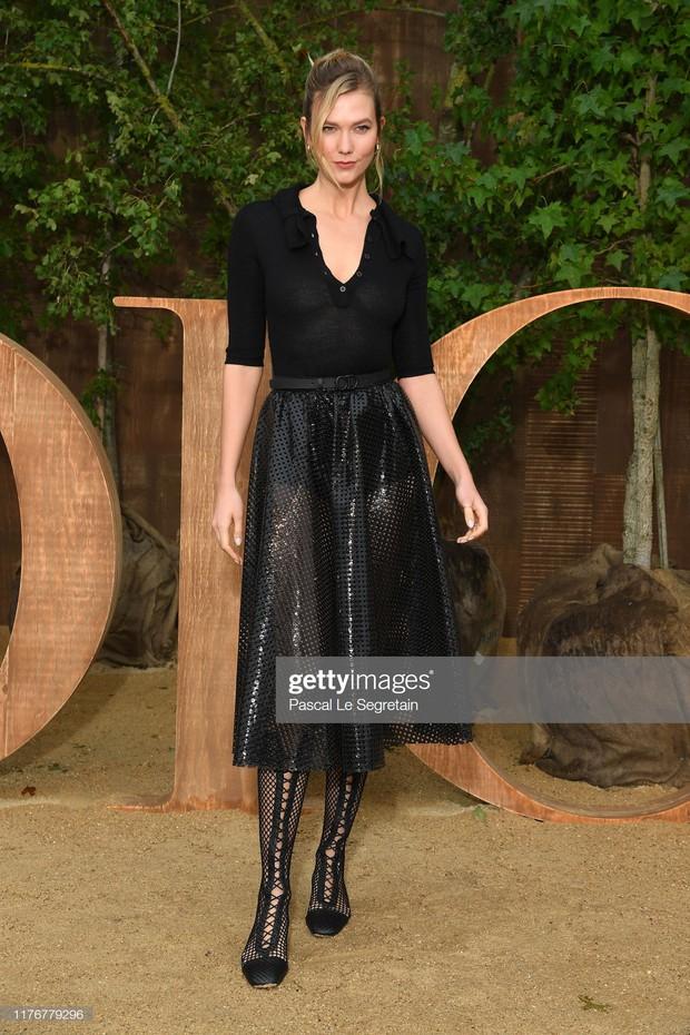 """Cùng dự show Dior: """"tình đầu quốc dân"""" Suzy chưa bao giờ khoe vòng 1 bạo liệt đến thế, gái một con Angela Baby lại kín như bưng - Ảnh 12."""