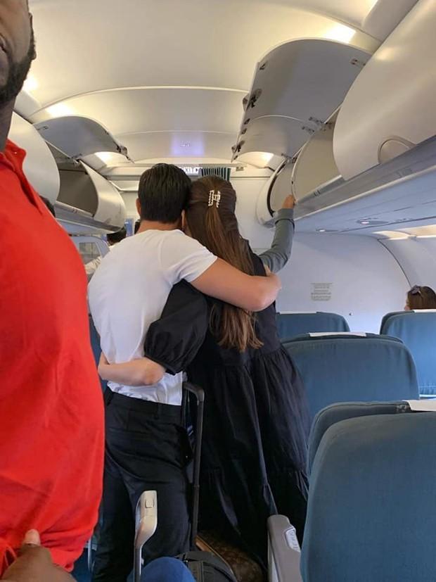 Phát sốt cách thể hiện tình cảm của Kim Lý - Hà Hồ: Thoải mái ôm hôn trên máy bay, quấn quýt không rời - Ảnh 1.