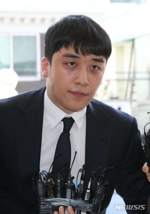 Trình diện sau 1 tháng vắng bóng, Seungri tiều tụy hẳn và còn gây chú ý vì cương quyết tránh né báo chí - Ảnh 9.