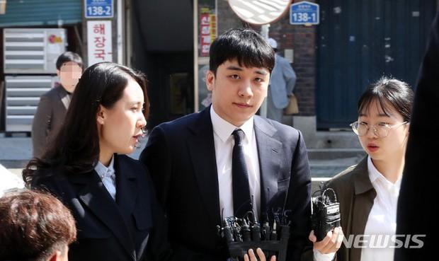 Trình diện sau 1 tháng vắng bóng, Seungri tiều tụy hẳn và còn gây chú ý vì cương quyết tránh né báo chí - Ảnh 7.