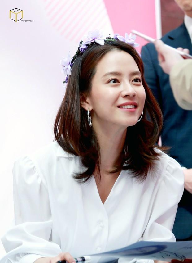 Tạo hóa ưu ái cho Song Ji Hyo gương mặt trẻ trung nhưng để hack từ 38 tuổi mà trông như gái đôi mươi, cô đã áp dụng 3 tips - Ảnh 1.