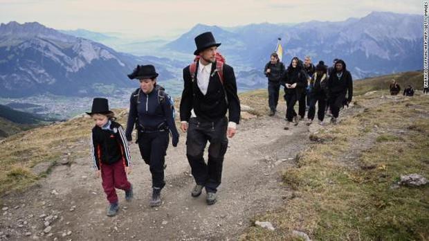 Hàng trăm người tổ chức 'tang lễ' cho dòng sông băng ở Thụy Sĩ - Ảnh 2.