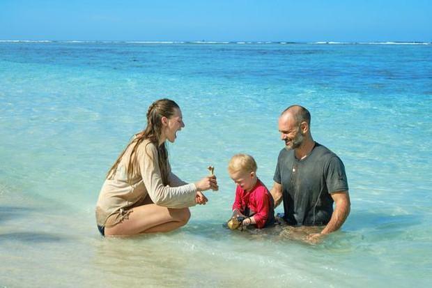 Tin rằng sống ở thành thị gặp nhiều nguy hiểm hơn, ông bố bà mẹ đưa con trai 2 tuổi ra đảo hoang để gần gũi hơn với thiên nhiên - Ảnh 2.
