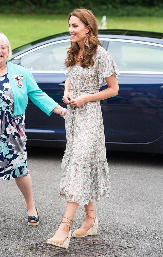 Chọn giày đế xuồng hóa ra là nước cờ thông minh của chị em dâu Kate - Meghan dù Nữ hoàng Anh có kỳ thị item này đi chăng nữa - Ảnh 1.