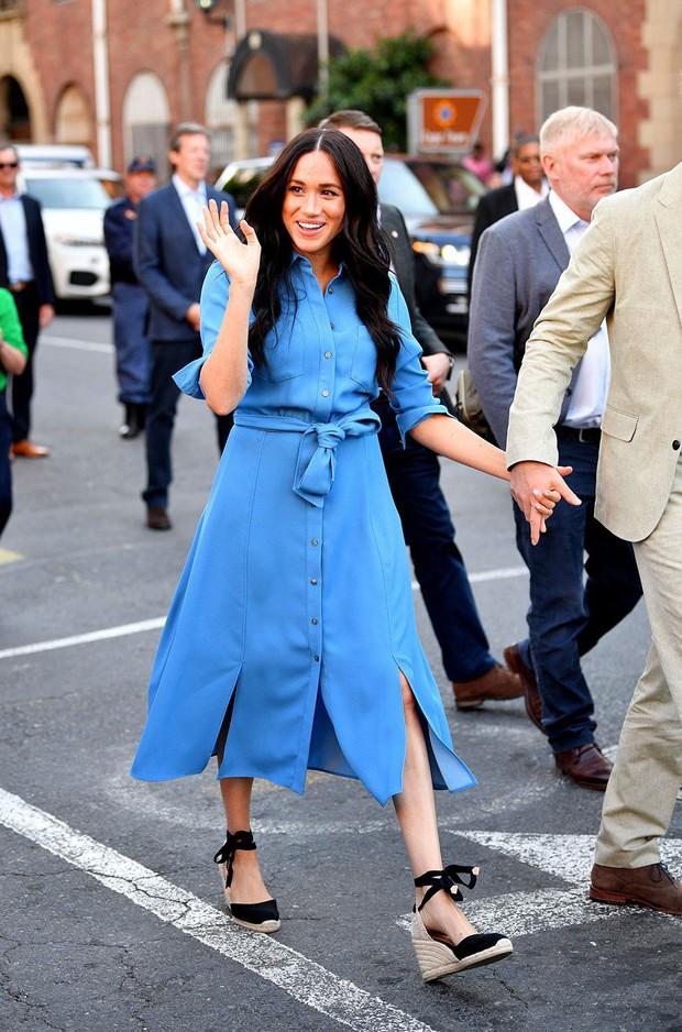 Chọn giày đế xuồng hóa ra là nước cờ thông minh của chị em dâu Kate - Meghan dù Nữ hoàng Anh có kỳ thị item này đi chăng nữa - Ảnh 2.