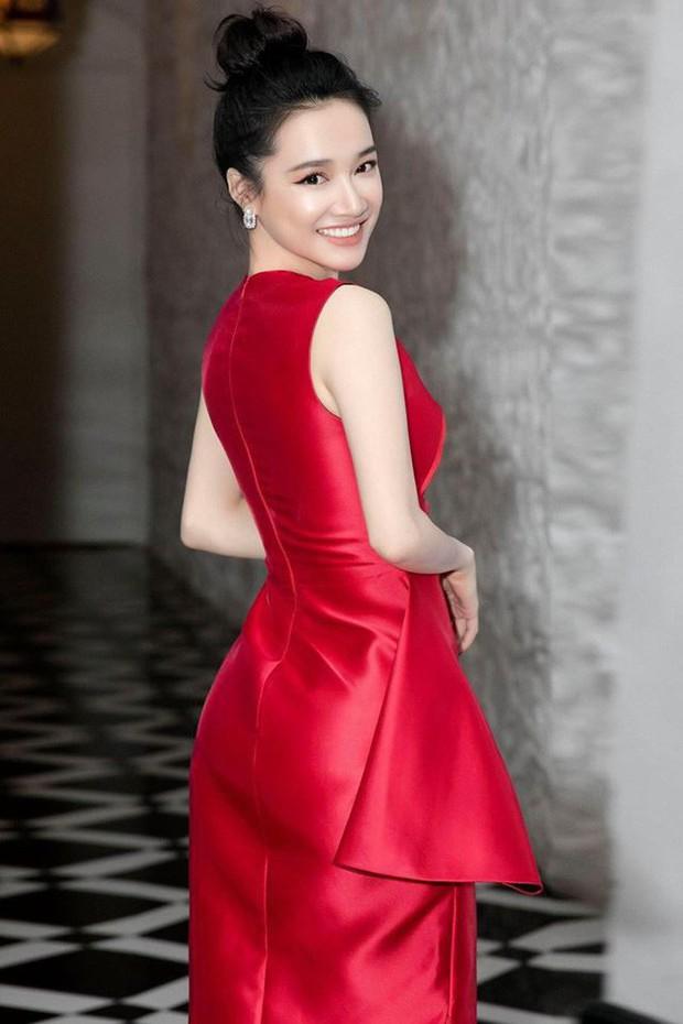 Tưởng đẹp bất phân thắng bại khi diện cùng một chiếc đầm đỏ, nhưng Tiểu Vy lại cao tay hơn Nhã Phương ở khoản chọn giày - Ảnh 5.