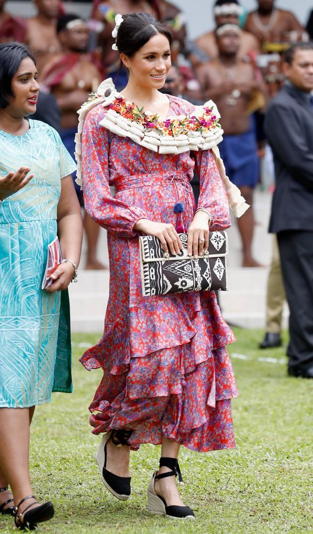 Chọn giày đế xuồng hóa ra là nước cờ thông minh của chị em dâu Kate - Meghan dù Nữ hoàng Anh có kỳ thị item này đi chăng nữa - Ảnh 6.