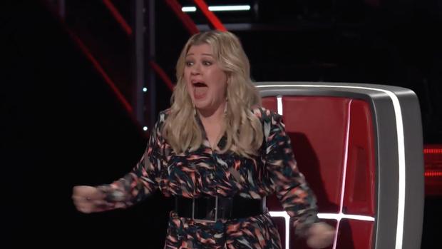 The Voice US tập 1: Cặp đôi Blake - Gwen hết ôm ấp tình tứ lại mắng nhau chỉ vì nút chặn! - Ảnh 6.