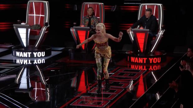 The Voice US tập 1: Cặp đôi Blake - Gwen hết ôm ấp tình tứ lại mắng nhau chỉ vì nút chặn! - Ảnh 9.