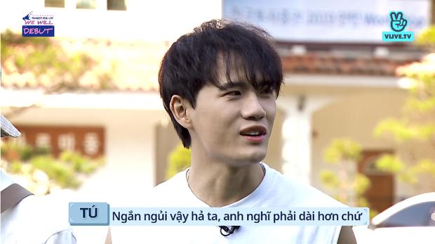 Bị đồng đội ném bóng nước ướt quần, trai đẹp của boygroup người Việt D1Verse chỉ biết than trời - Ảnh 2.