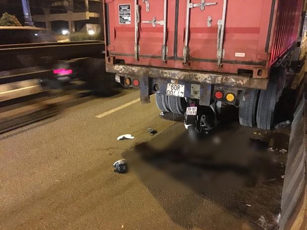 TP.HCM: Xe SH dính chặt dưới gầm sau khi tông vào đuôi xe container dừng đậu, nam thanh niên tử vong - Ảnh 2.