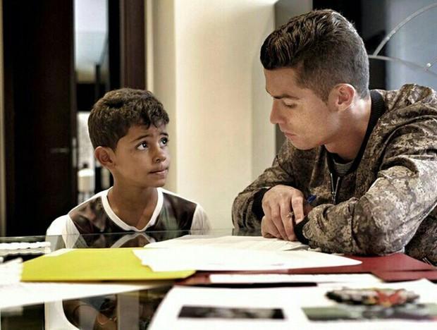 Khám phá cách dạy con của Ronaldo và Messi: Người khổ luyện con thành ngôi sao, kẻ lại cho con sống theo bản năng - Ảnh 1.