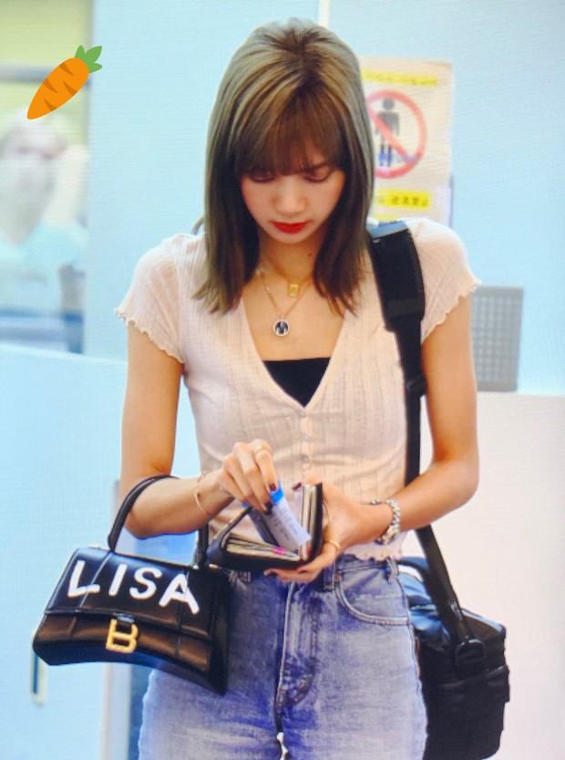 Đu trend nhanh như Ngọc Trinh: Vừa sắm túi giống Địch Lệ Nhiệt Ba đã độ túi độc như Lisa - Ảnh 4.
